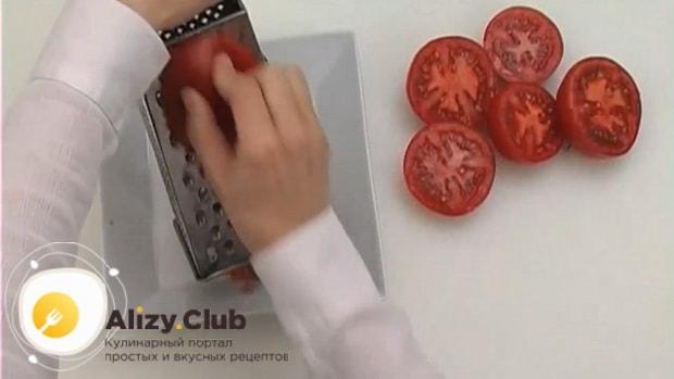 Для приготовления пасты лингвини, натрите помидоры
