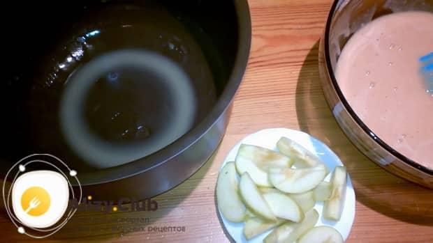 Для приготовления пирога из киселя, нарежьте яблоки