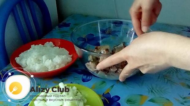 Для приготовления пирога с сайрой консервированной и рисом, разомните рыбу