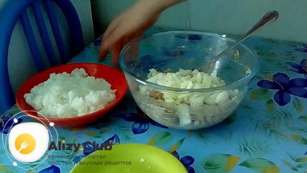 Для приготовления пирога с сайрой консервированной и рисом, нарежьте лук