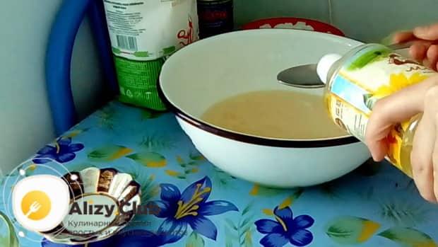 Для приготовления пирога с сайрой консервированной и рисом, добавьте масло