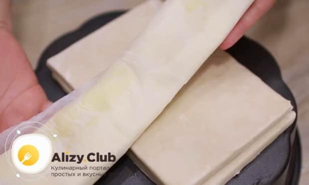 Раскатайте тесто для приготовления слоеного пирога со шпинатом