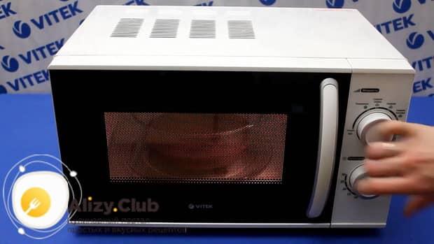 По рецепту для приготовления пирога в микроволновке за 5 минут, выставьте нужный режим
