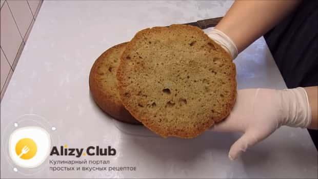 По рецепту для приготовления постного торта в домашних условиях. разрежьте коржи