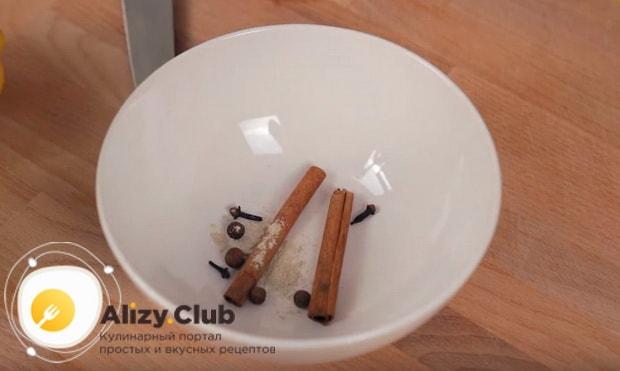 смешиваем палочки корицы и кардамон