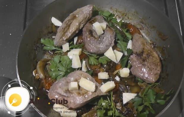 Теперь возвращаем на сковороду обжаренное филе и добавляем нарезанный крупными кусочками пармезан.