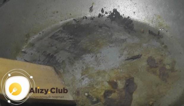 Затем переладываем мясо на тарелку, а со сковороды соскребаем пригоревший жир.