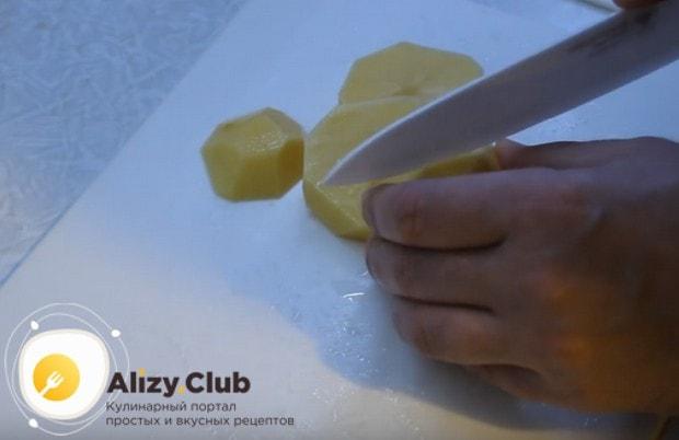 Нарезаем кружочками картофель.