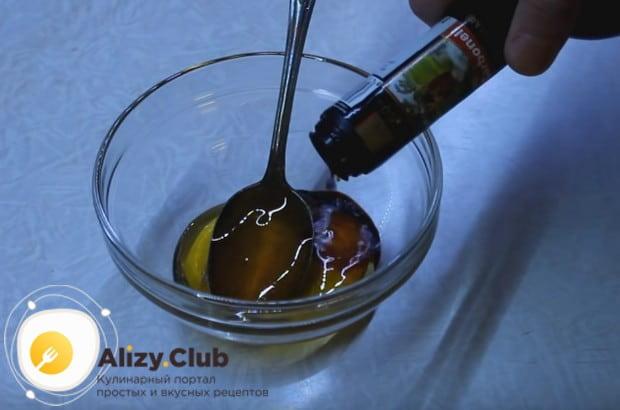 Приготовим оригинальный соус из бальзамического уксуса и меда.
