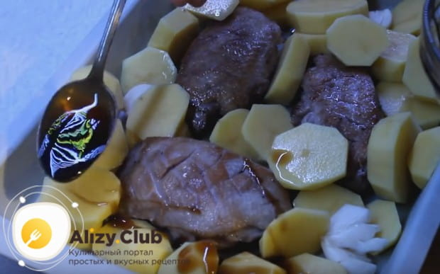 Добавляем к филе картофель и поливаем все соусом из меда и бальзамического уксуса.