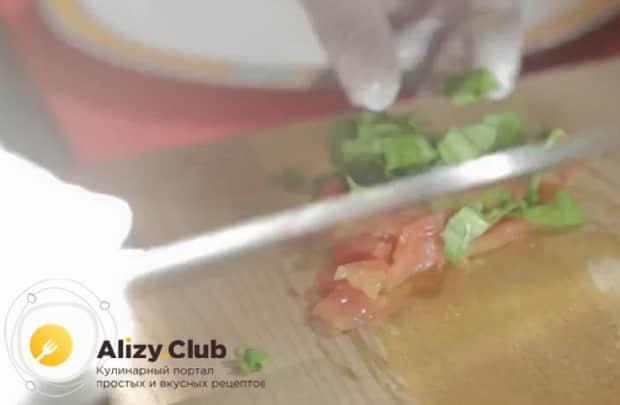 Перед тем как вкусно приготовить гольца, нарежьте помидоры и зелень