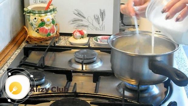 Для приготовления густого киселя, по пошаговому рецепту с фото, соедините компоненты