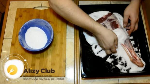 По рецепту, для приготовления хамона в домашних условиях, засолите мясо