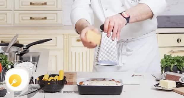 По рецепту для приготовления каннеллони, натираем сыр