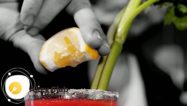Для приготовления коктейля кровавая мери по простому рецепту добавьте лимонный сок