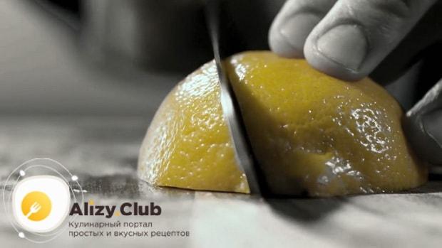 Для приготовления коктейля кровавая мери по простому рецепту, нарежьте лимон
