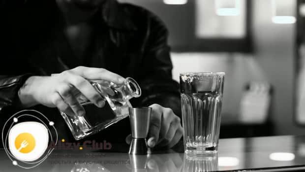 Для приготовления коктейля кровавая мери по простому рецепту налейте водку