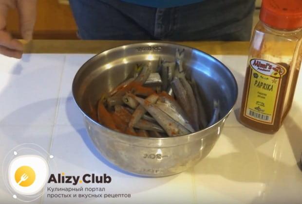 Вымытую, почищенную и выпотрошенную корюшку посыпаем паприкой.