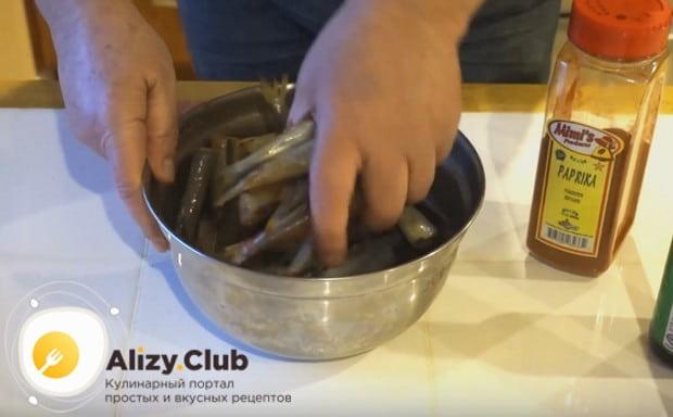 Хорошенько перемешиваем рыбу со специями, чтобы они попали на каждый кусочек.