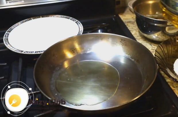Разогреваем сковороду и наливаем на нее растительное масло.