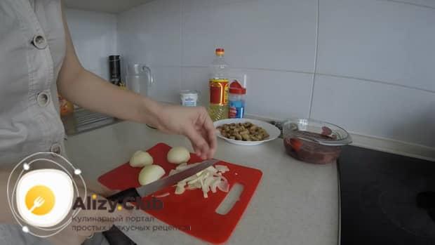 Для приготовления куриной печени в сметане нарежьте лук