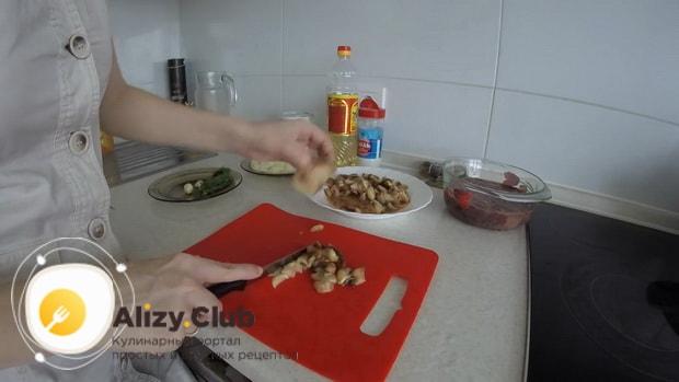 Для приготовления куриной печени в сметане нарежьте грибы