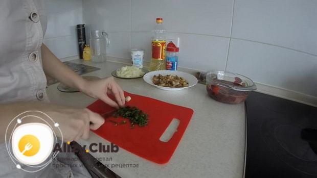 Для приготовления куриной печени в сметане нарежьте зелень