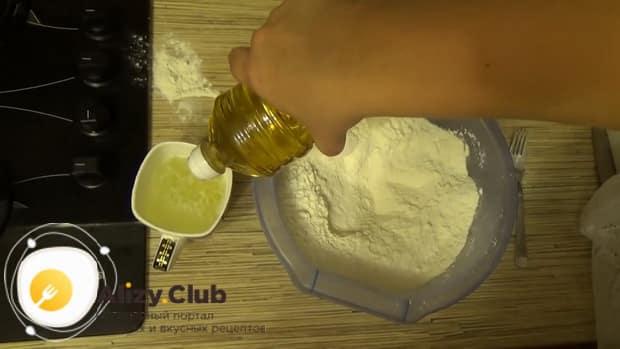 По рецепту для приготовления классического теста на пельмени, добавьте в муку масло