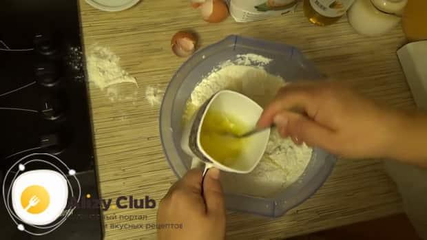 По рецепту для приготовления классического теста на пельмени, взбейте яйца