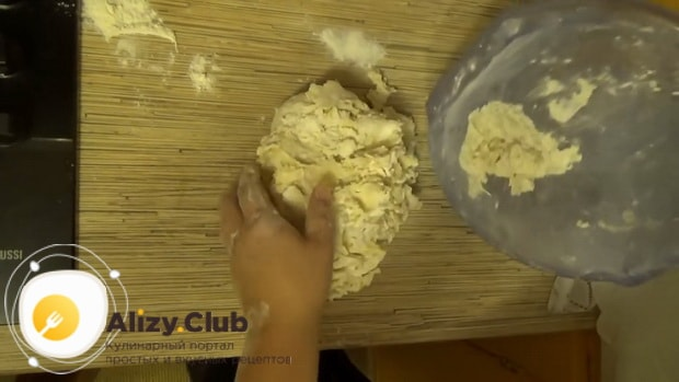 По рецепту для приготовления классического теста на пельмени, вымесите тесто