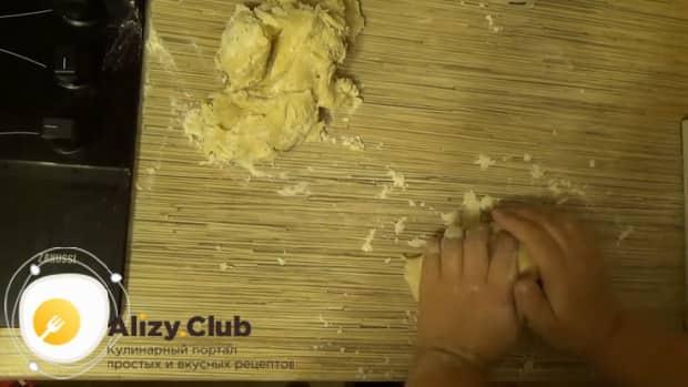 По рецепту для приготовления классического теста на пельмени, подготовьте все ингредиенты