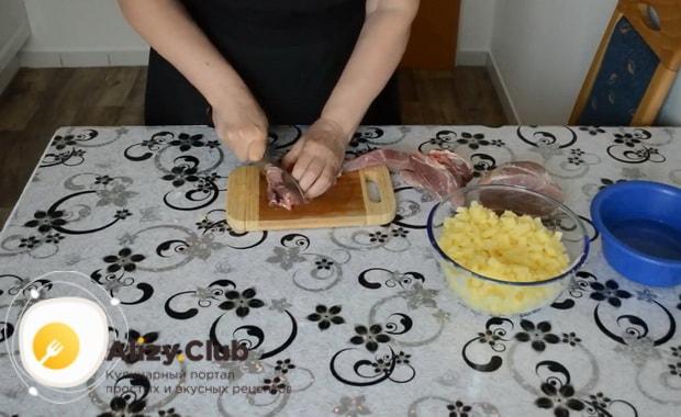 Для приготовления мантов с мясом, нарежьте мясо
