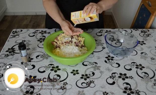 Для приготовления мантов с мясом, посолите начинку