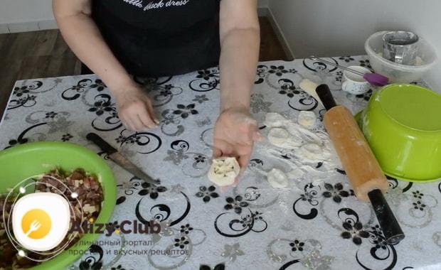 Для приготовления мантов с мясом, слепите изделие