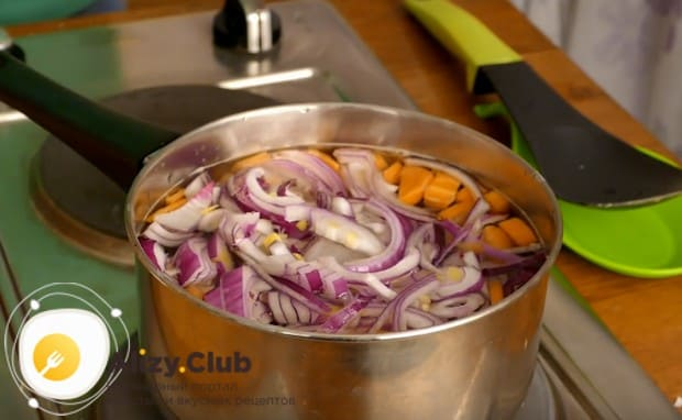 Добавляем к моркови нарезанный полукольцами лук.
