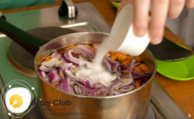 Добавляем в маринад соль, сахар и перец.