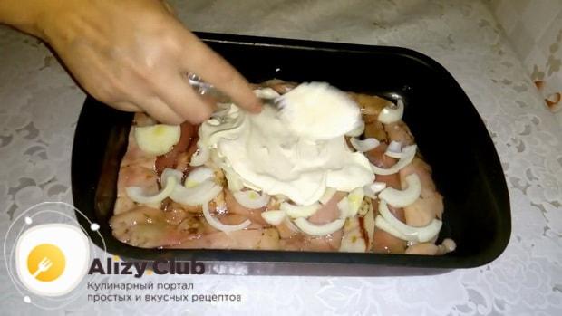 Для приготовления молок лососевых рыб, по рецепту. смажьте молоки соусом