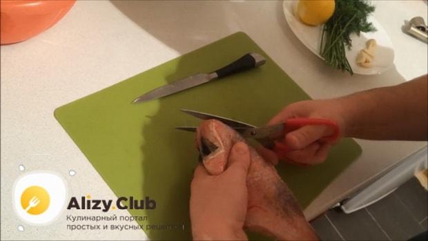 Для приготовления красного окуня в духовке по простому рецепту, очистите рыбу