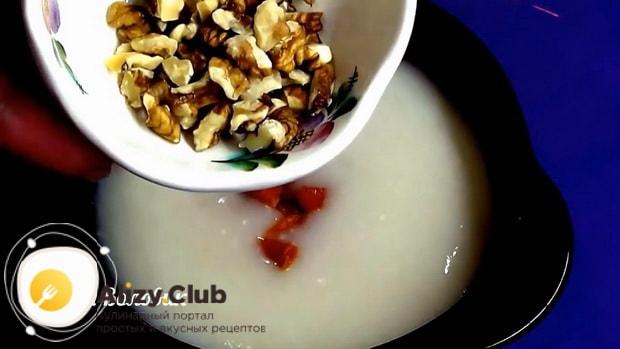 Для приготовления овсяного киселя из овсяных хлопьев добавьте орехи