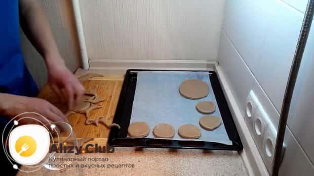 По рецепту для приготовления овсяного печенья из овсяной муки, разогрейте духовку