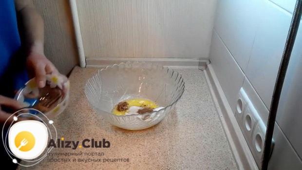 По рецепту для приготовления овсяного печенья из овсяной муки, добавьте яйца с сахаром