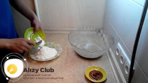 По рецепту для приготовления овсяного печенья из овсяной муки, соедините муку и солод