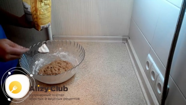 По рецепту для приготовления овсяного печенья из овсяной муки, замесите тесто