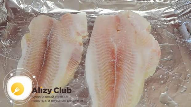 Для приготовления пангасиуса в духовке в фольге посолите рыбу