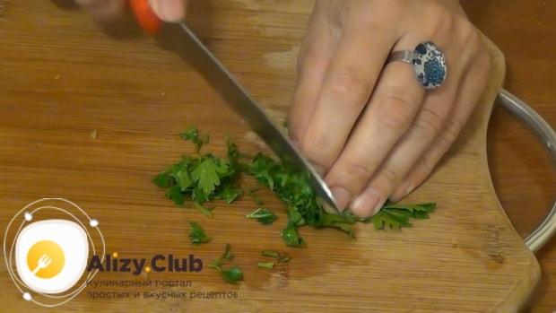 По рецепту для приготовления кольраби, нарежьте зелень