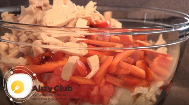 Готовим очень вкусный салат из пекинской капусты, курицы, сухариков и помидоров