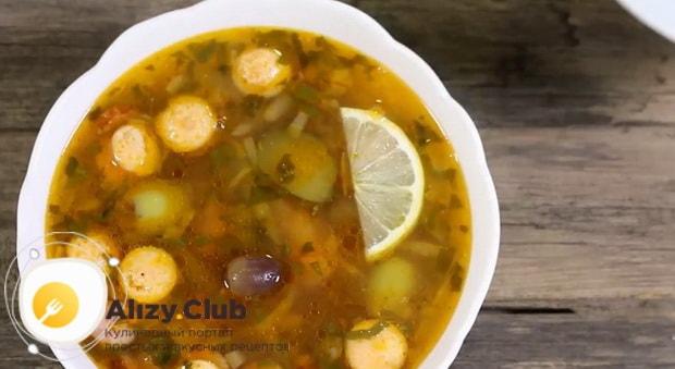 По рецепту, для приготовления солянки с копченой колбасой и солеными огурцами, подготовьте все ингредиенты