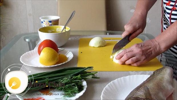 Для приготовления судака в духовке целиком. по рецепту нарежьте лук