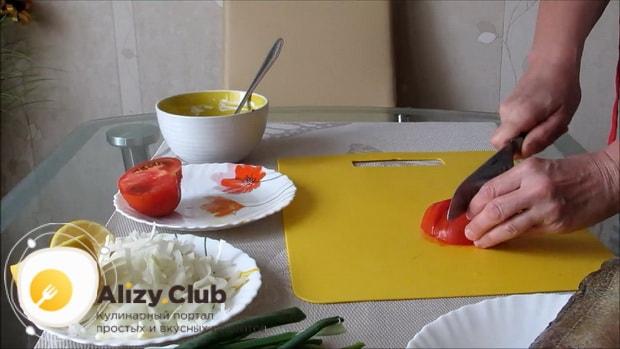 Для приготовления судака в духовке целиком. по рецепту нарежьте помидоры