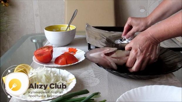 Для приготовления судака в духовке целиком. по рецепту посолите рыбу